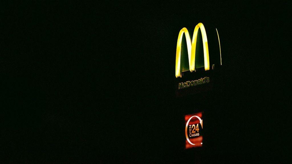 Számtalan szexuális zaklatási esetet jelentettek globálisan a McDonald's éttermekben dolgozók.