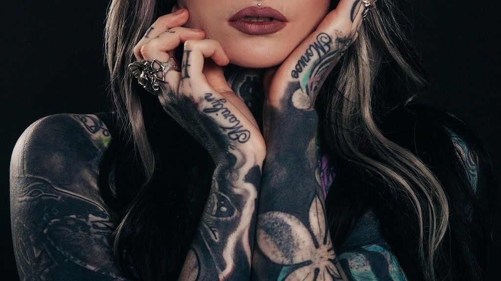 Megmutatta a testét tetoválás nélkül a talpig kivarrt Mara Inkperial