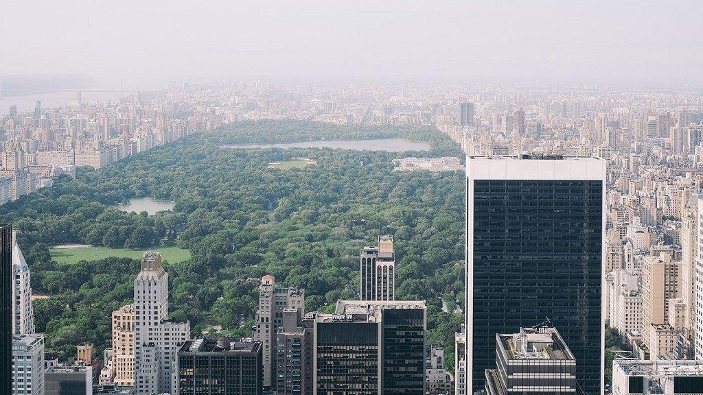 New Yorkban rajzolt karikákkal és emberi parkolóhelyekkel tartanak távol egymástól.