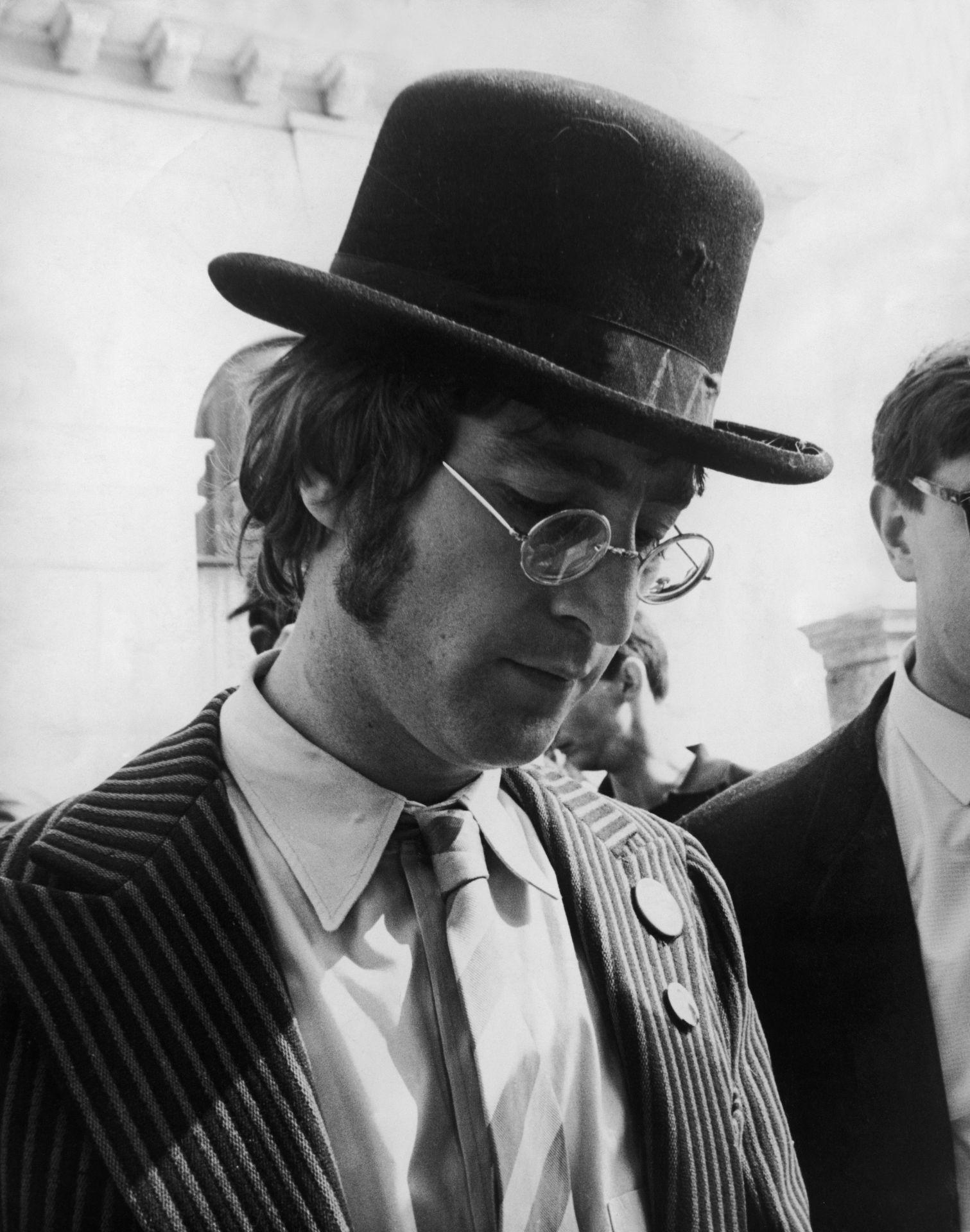 John Lennon 1967 szeptember 13.-án, autogram osztogatás közben.