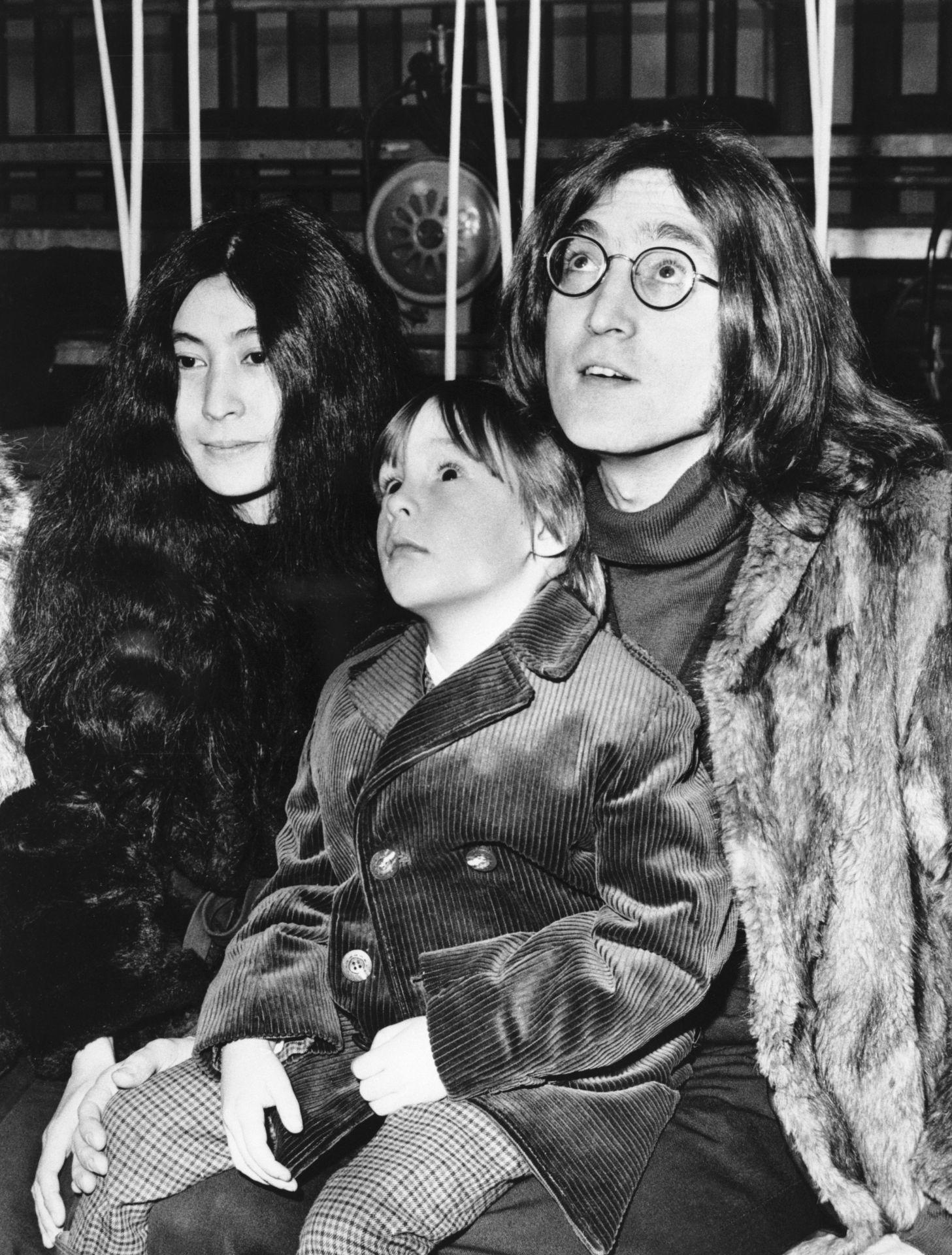 John Lennon, ötéves fia Julian és Yoko Ono.
