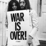 John Lennon és Yoko Ono a vietnámi háború ellen tüntető plakáttal.