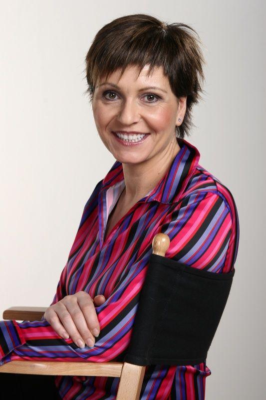 Kálmán Olga rövid hajjal