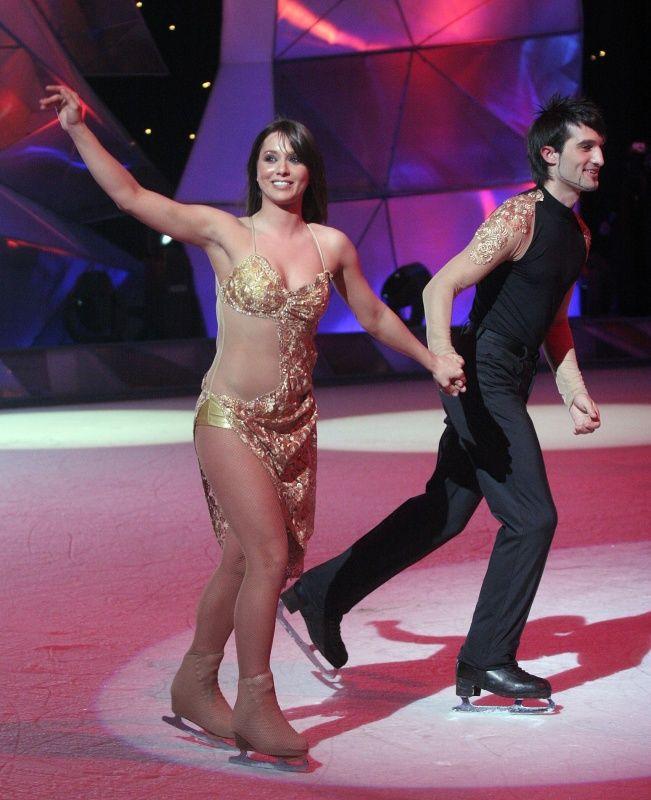 A Sztárok a jégen című műsor döntőjébe került anno Karsai Zita egyenes, barna hajjal