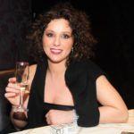 Karsai Zita 2007-ben Zséda koncerten göndör barna hajjal