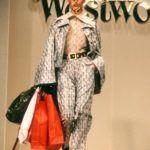 Kate Moss Vivienne Westwooddivatbemutatóján 1994-ben.