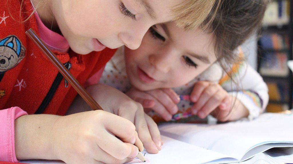 A gyerekek leveleket írnak a tanítónőknek.
