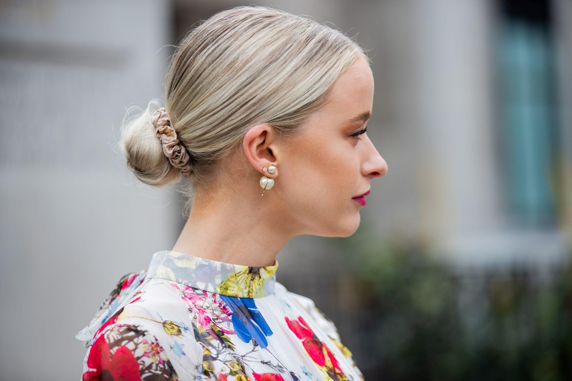 Egy scrunchie-val könnyen kontyba köthetjük úgy a hajunkat, hogy abból ne szökjenek ki a tincsecskék.