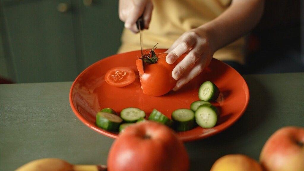 Paradicsom és egyéb egészséges ételek a konyhában.