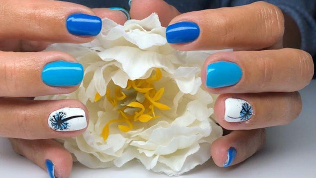 A kék összes árnyalatát imádjuk, a körmünkön is.