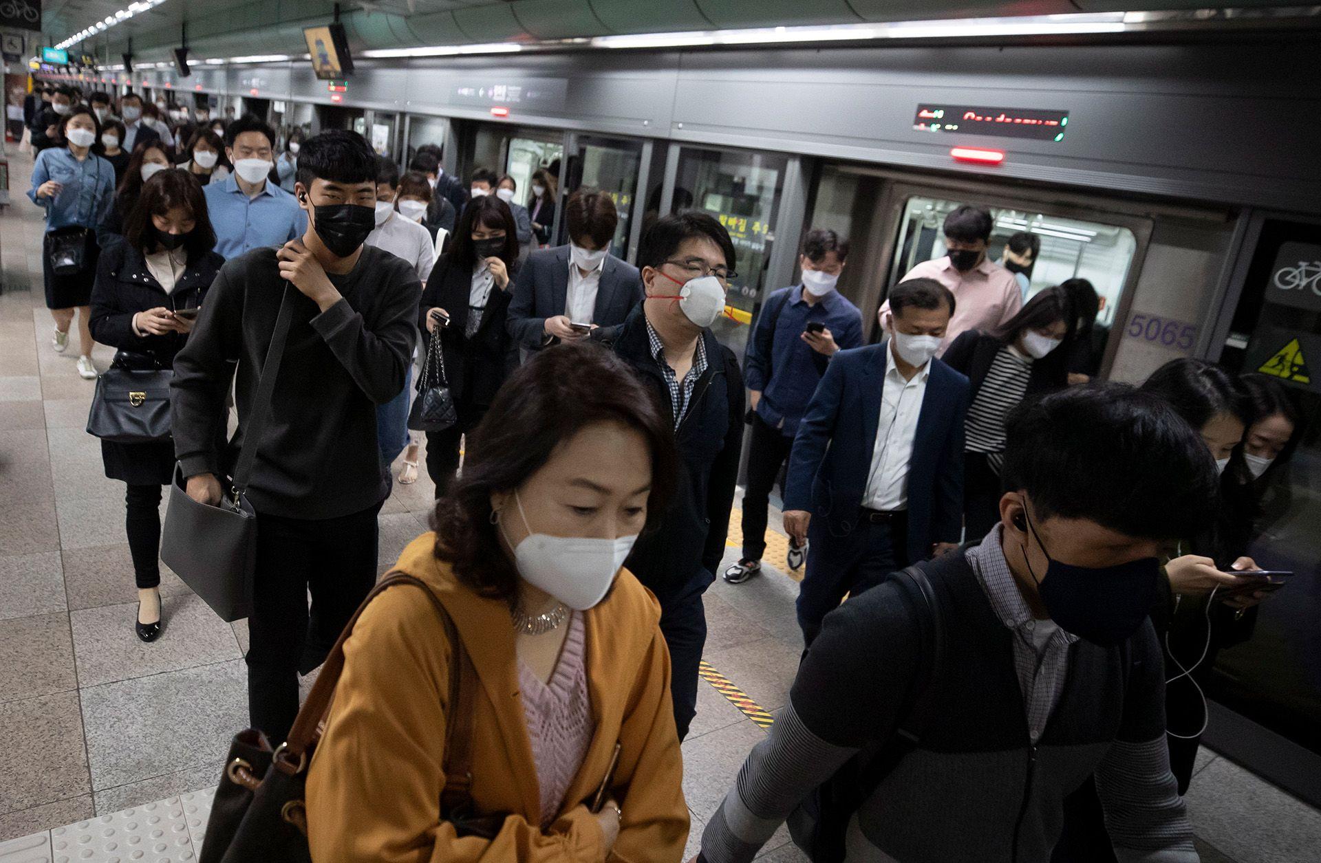 Maszkot viselő utasok a szöuli tömegközlekedésen