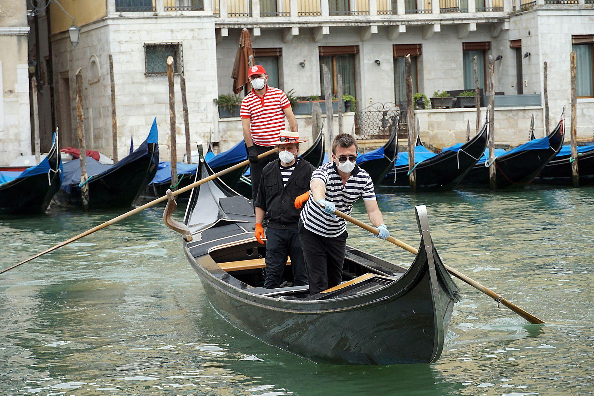 Védőmaszkos gondolások Velencében
