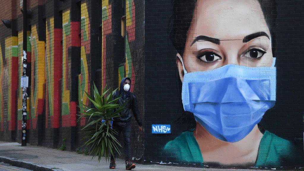 koronavirus védőmaszkot viselő ápolónő london