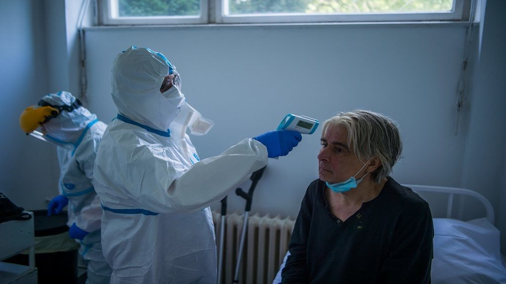 Koronavírus: Lázat mérnek egy betegnél