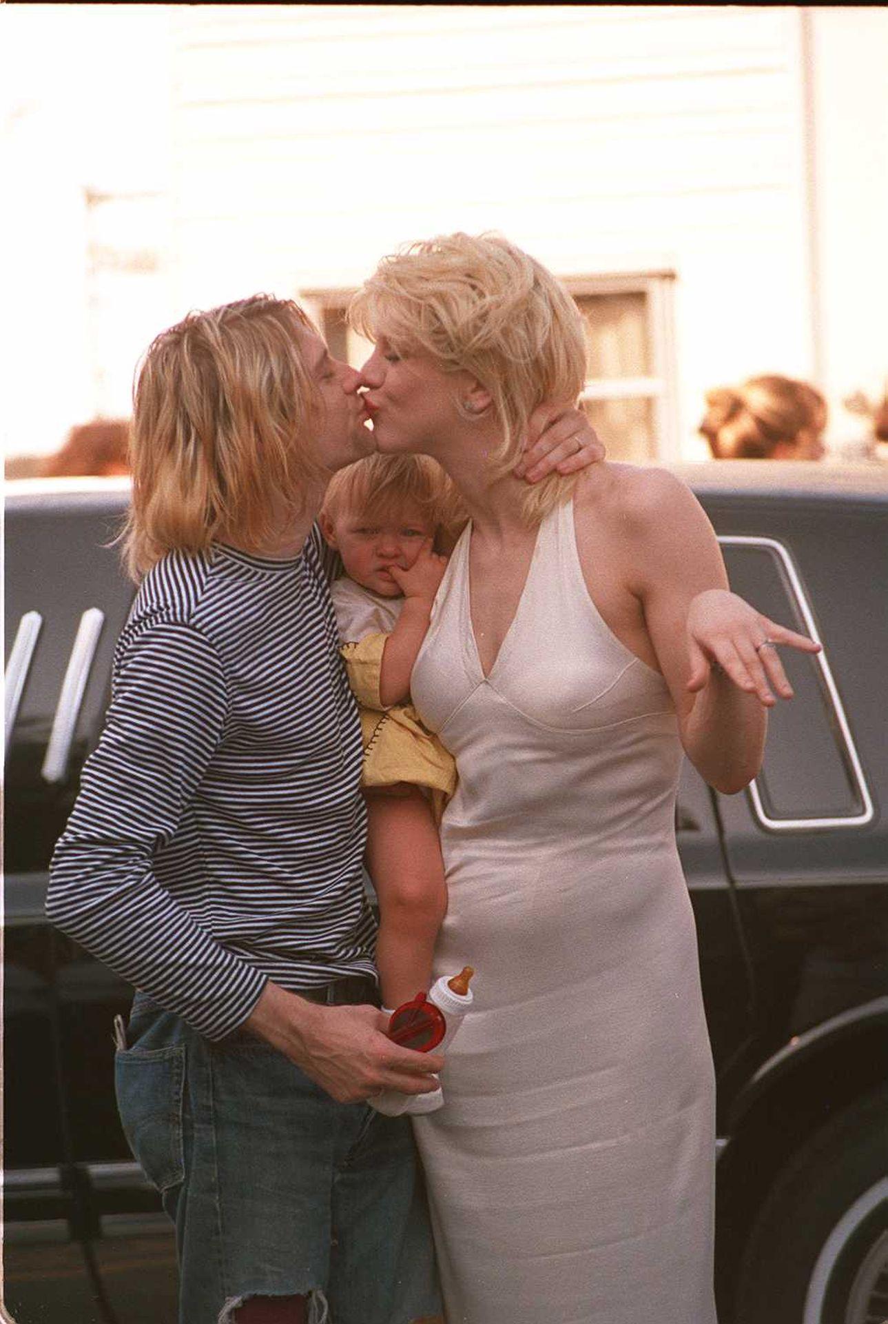 Kurt Cobain, felesége Courtney Love és lányuk, 1993-ban.