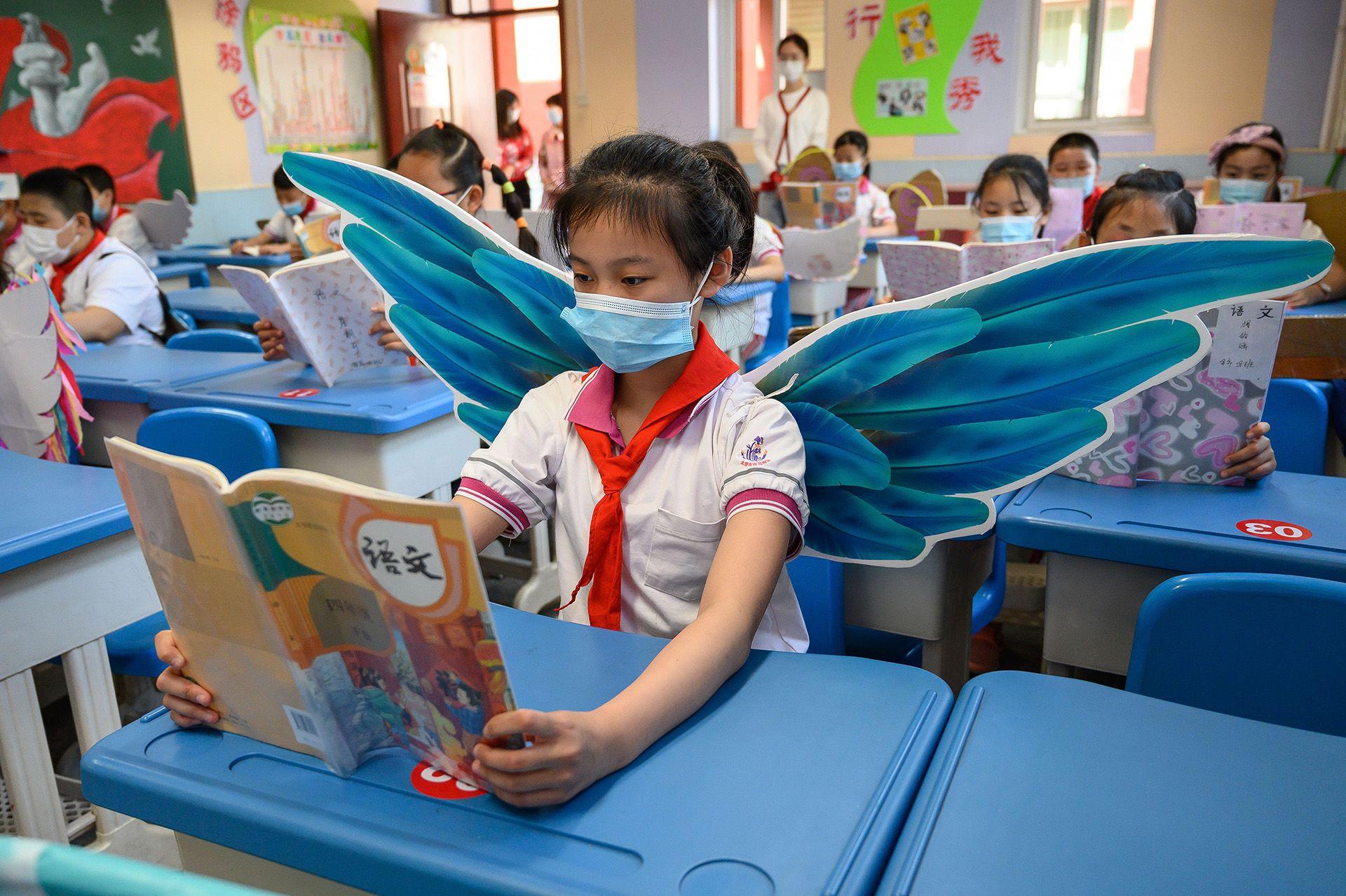 Szárnyakkal tanulják a távolságtartást Tajjüan kisiskolásai.