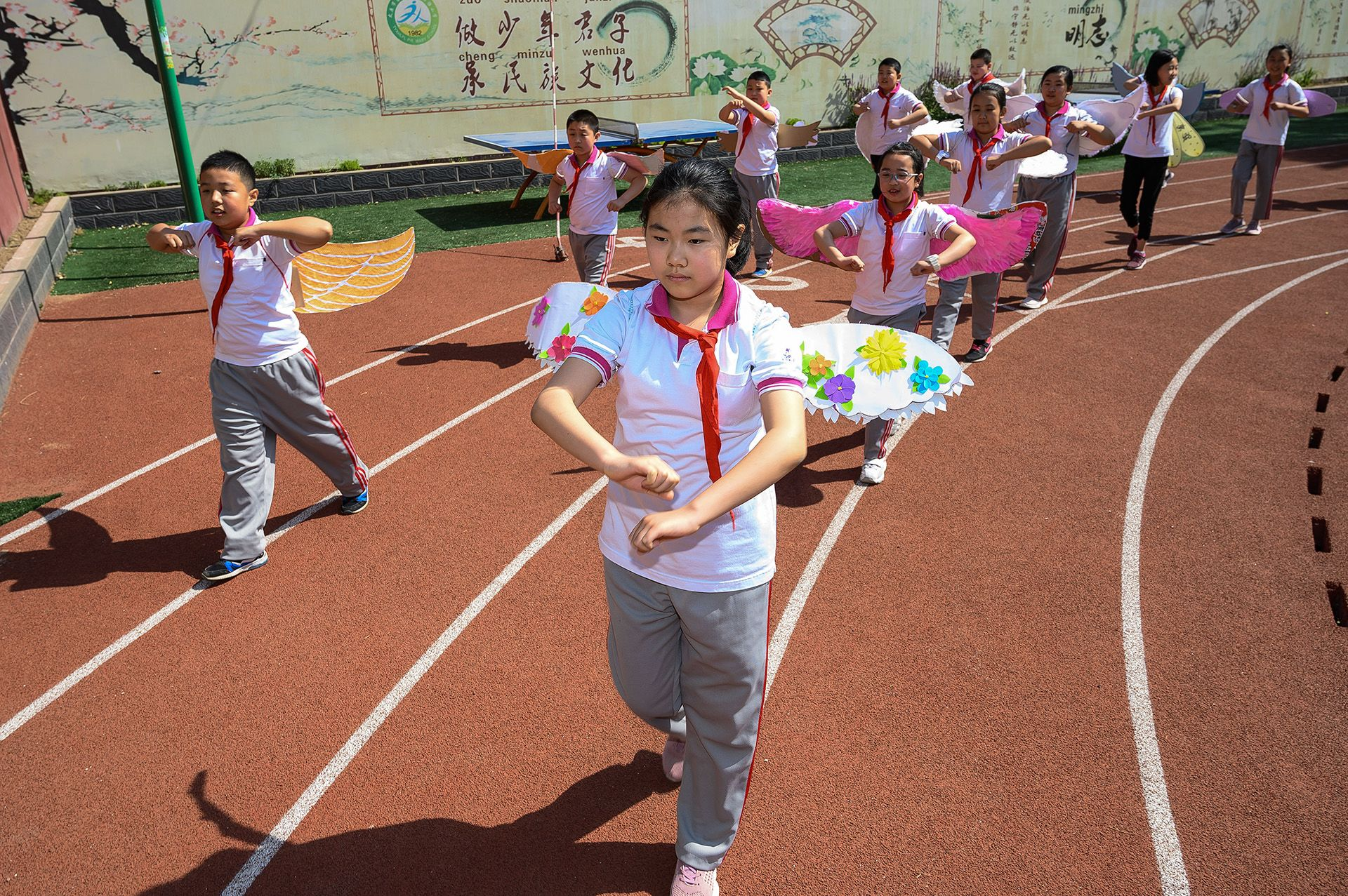 A dél-kínai város tanárai a szülőket kérték meg, hogy készítsék el a szárnyakat.