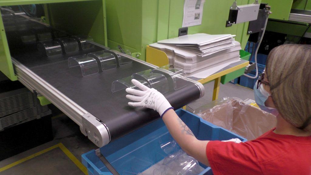 Egészséügyi dolgozóknak gyárt védőszemüvegeket nyíregyházi gyárában a LEGO