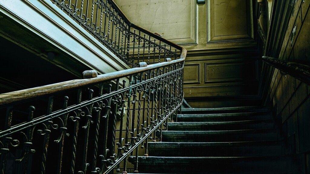Lelökte az anyját a lépcsőn a ceglédi nő, nem először bántalmazta