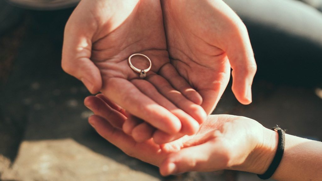 A koronavírus miatt rendhagyó módon házasodott meg az azonos nemű pár.