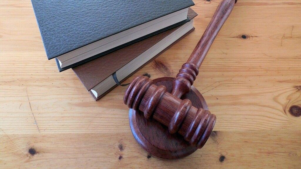 200 ezerre büntették a lúgos orvos ügyében hamisan tanúzó titkárnőt