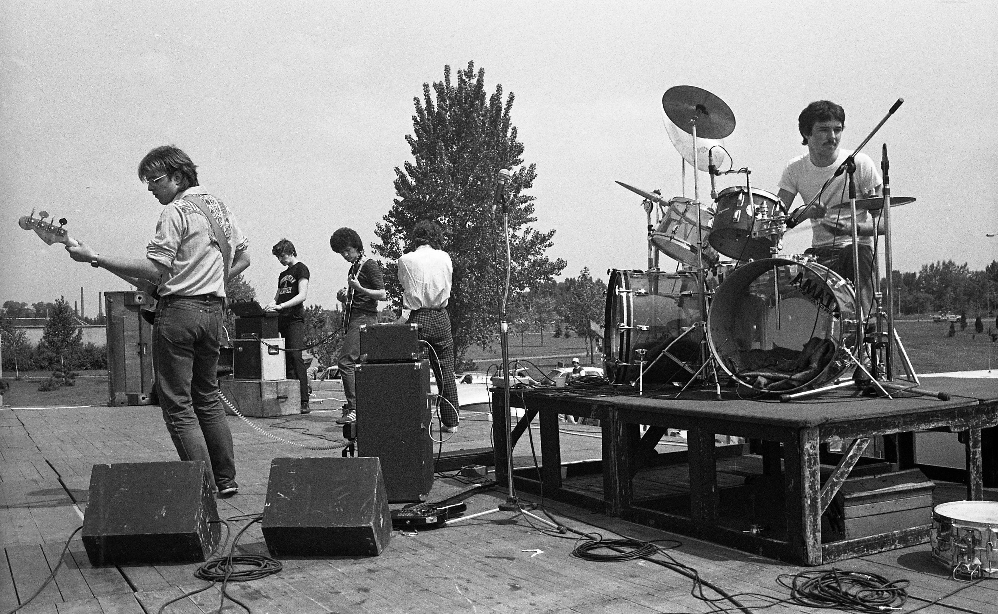 A Madártej zenekar koncert vagy beállás közben (fotó: Fortepan/Urbán Tamás)