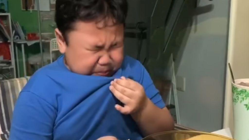 Zokogott a kisfiú, hogy McDonald's-os kaját ehet a karantén után.
