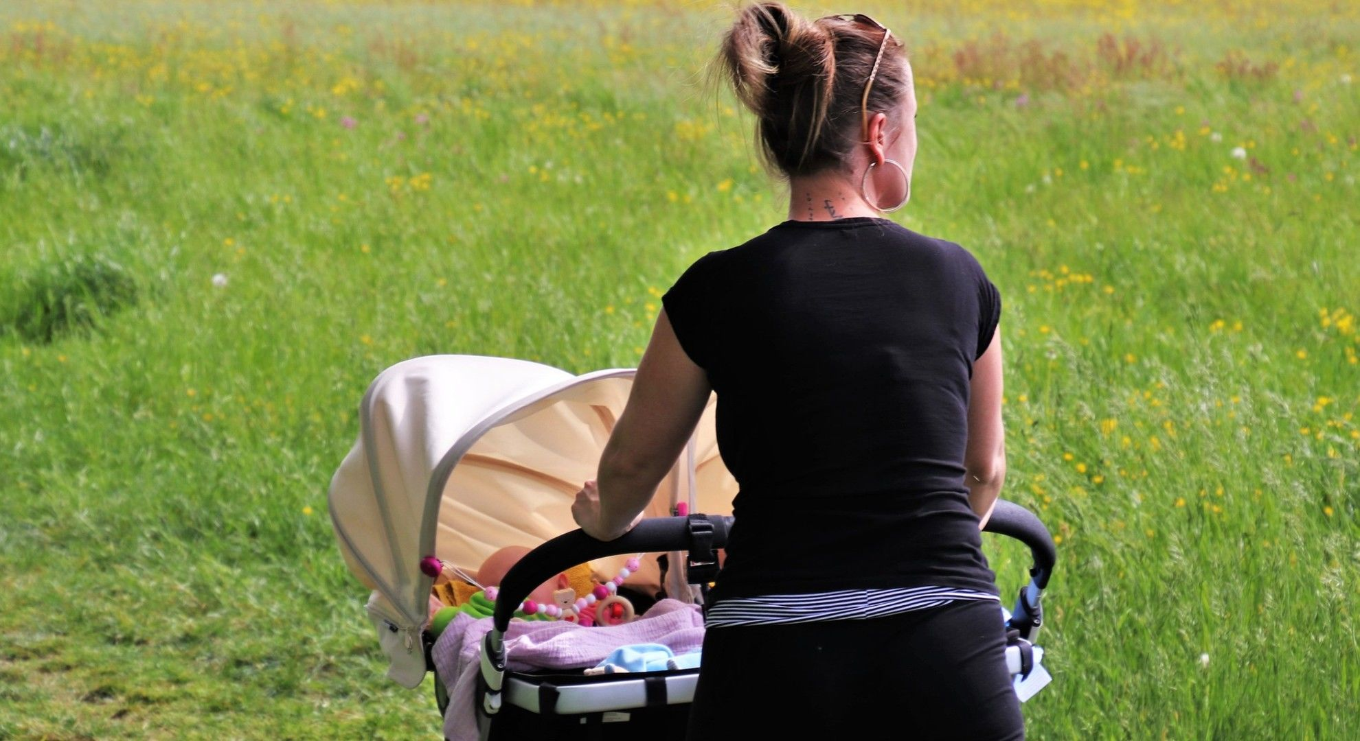 A támadásban anya és gyermeke is megsérültek.