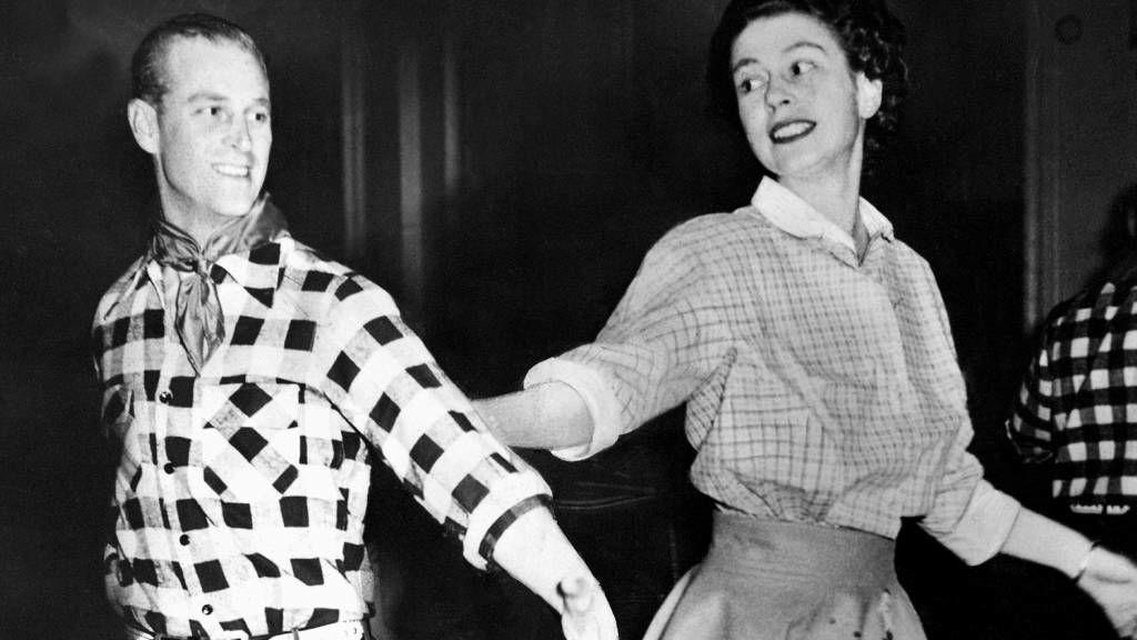 II. Erzsébet és Fülöp herceg táncol