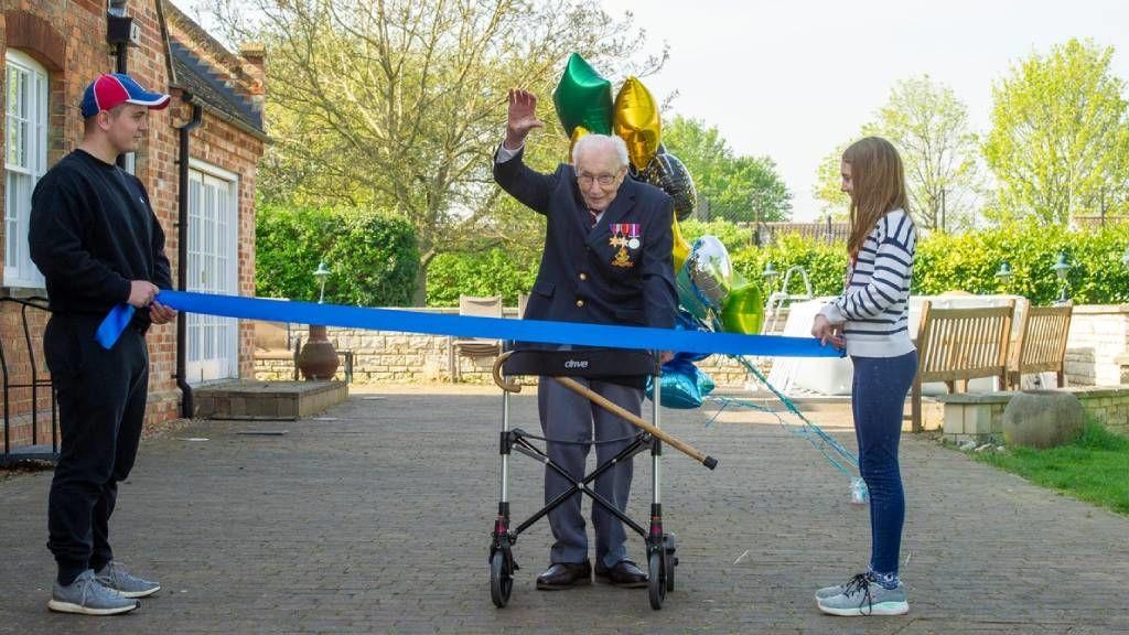 A 100 éves Tom Moore jótékonyságból gyalogolt