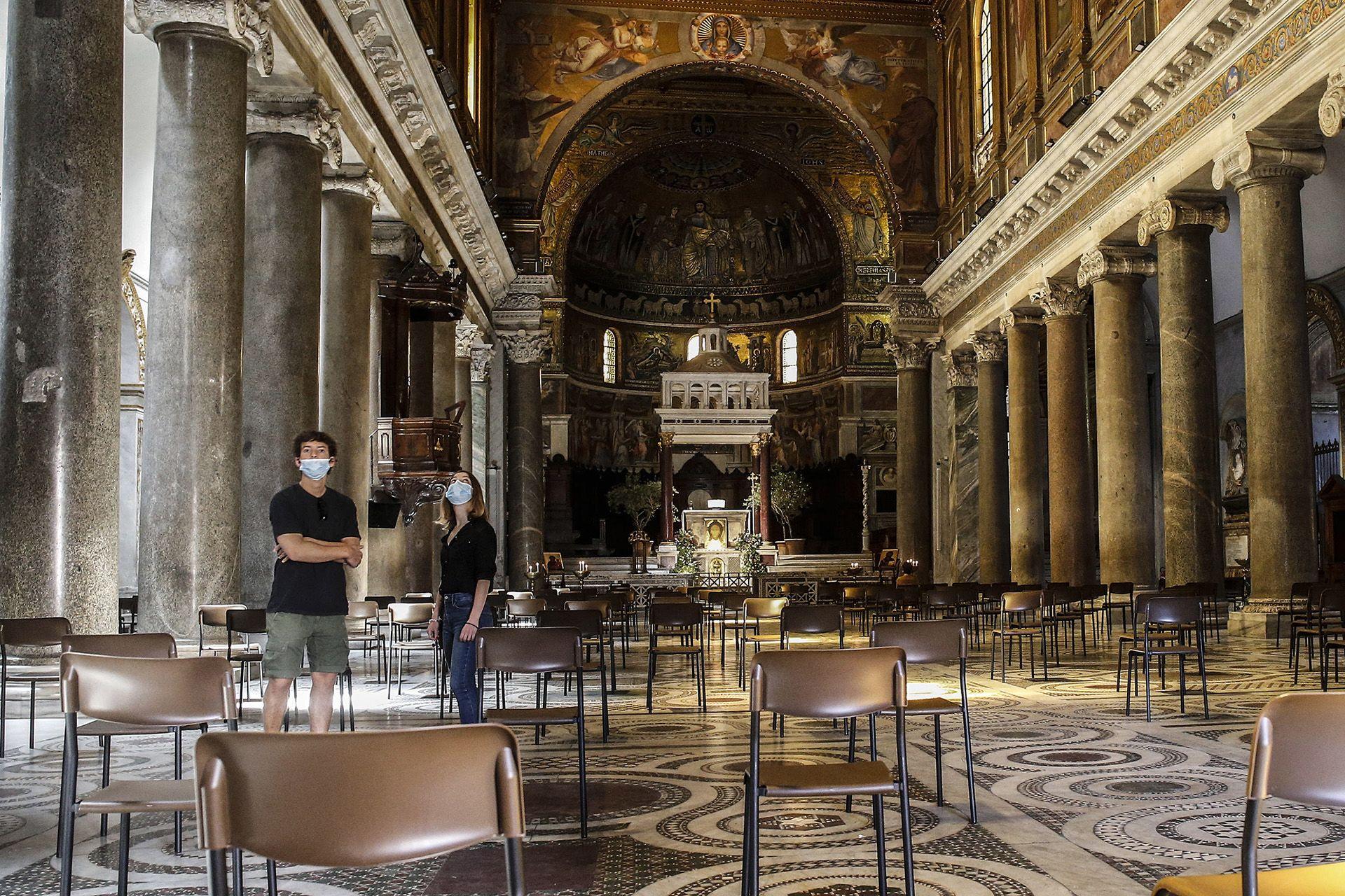 Egymástól biztonságos távolságra elhelyezett székek a Szent Mária-bazilikában