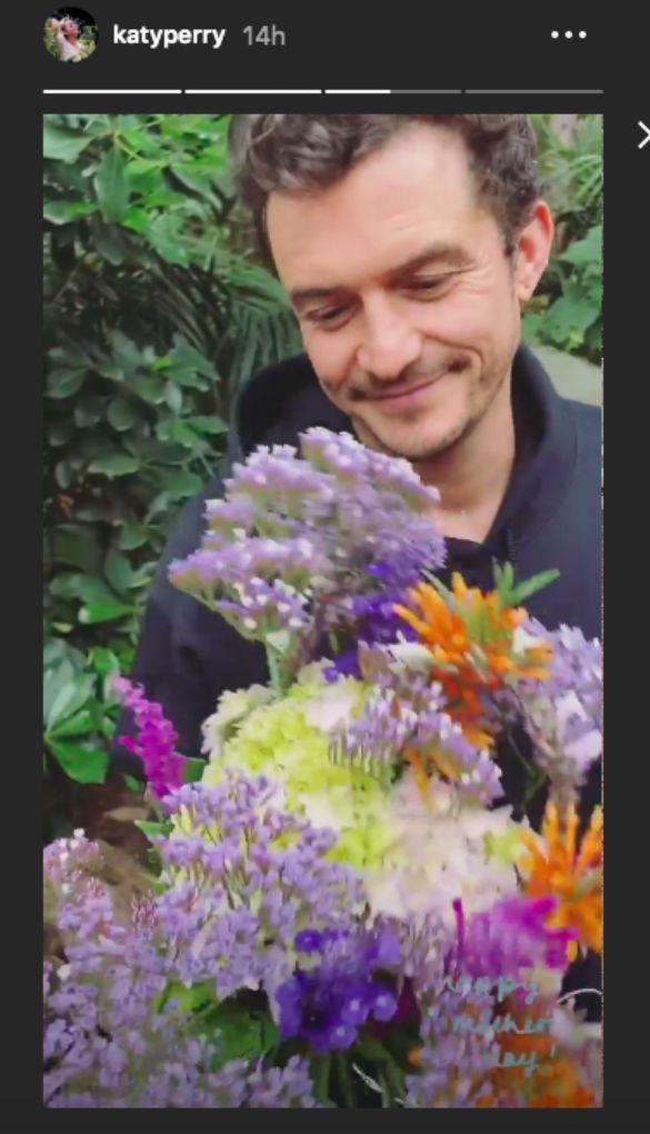 Orlnado Bloom maga szedte a virágokat Katy Perrynek anyák napjára