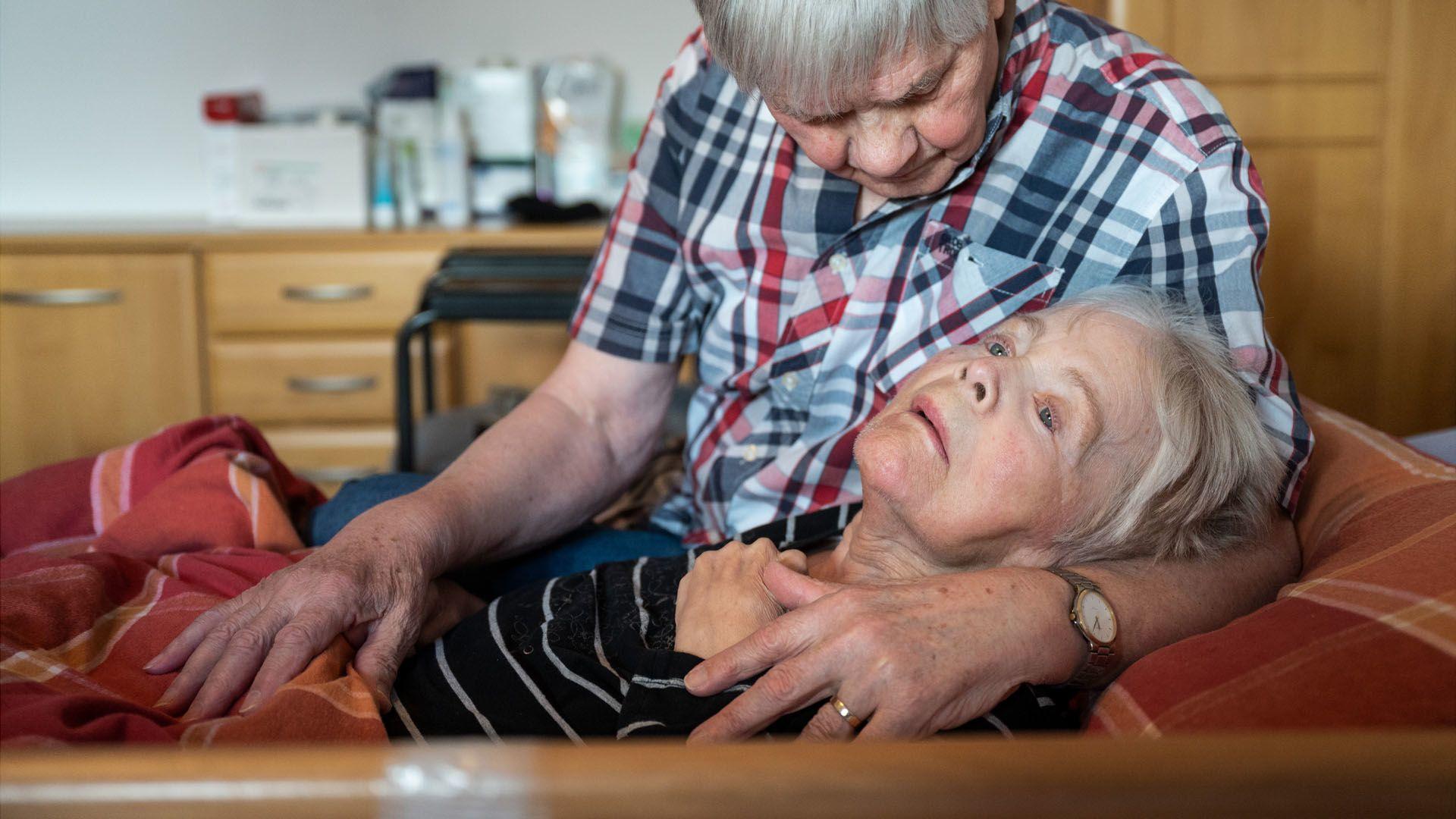 Az otthoni ápolást segítik a Magyar Hospice Alapítvány oktatófilmjei