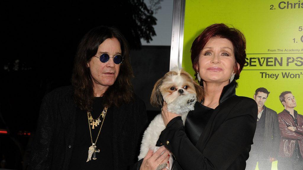 A nagybeteg Ozzy Osbourne nyolc kutyájával osztja meg hitvesi ágyát.