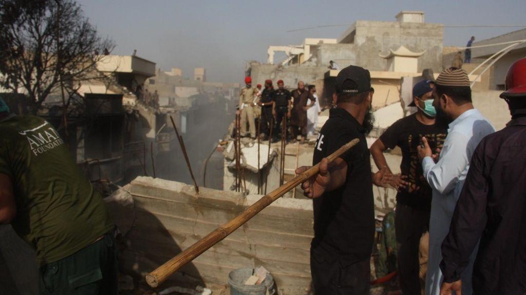 Mentési munkálatok a pakisztáni légikatasztrófa helyszínén