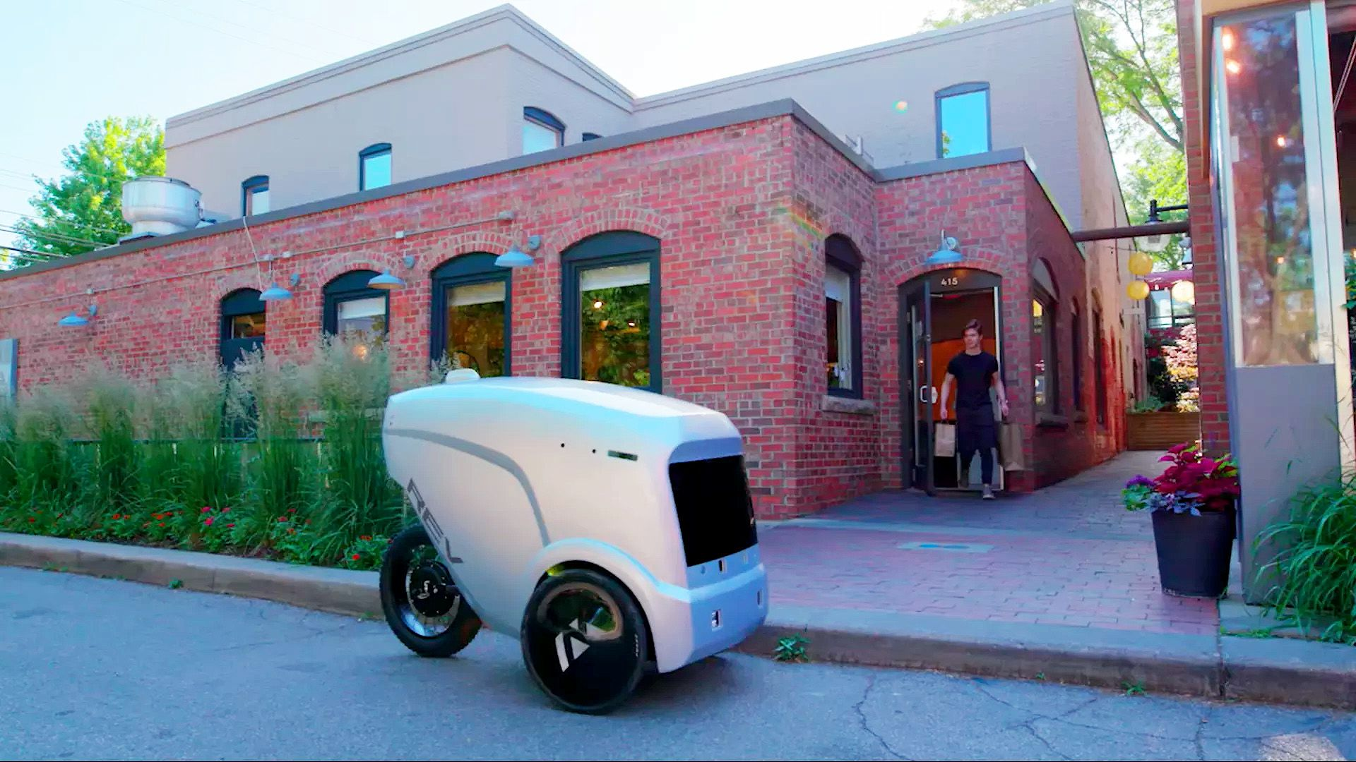 Önvezető robotokkal szállítják házhoz az ételt a járvány miatt