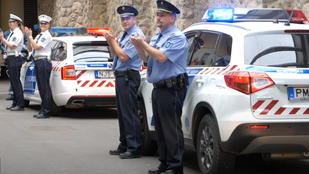 Tapssal köszönik meg a rendőrök az egészségügyisek munkáját.