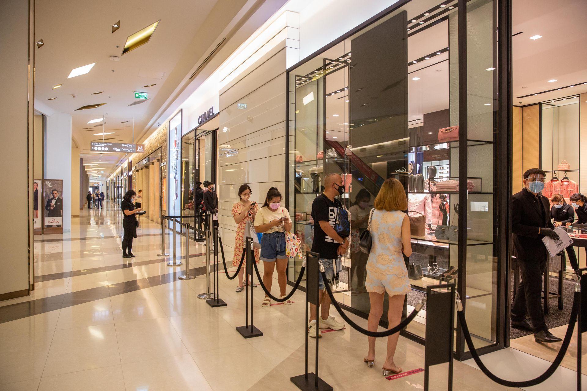 Nem csak nálunk, a világ minden pontján kiemelten figyelnek rá, ahol újranyithattak az üzletek, hogy a vásárlók biztonságos távolságot tartsanak egymástól.