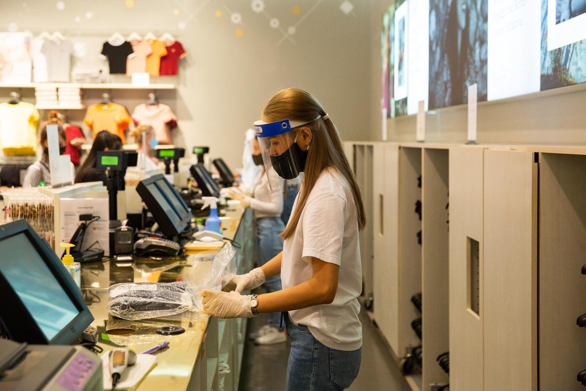 Nem csak a vásárlókra, az eladókra is komoly biztonsági előírások vonatkoznak most, hogy enyhítették a kijárási korlátozásokat és újra kinyitottak a ruhaüzletek. (Fotó: Lauren DeCicca/Getty Images)