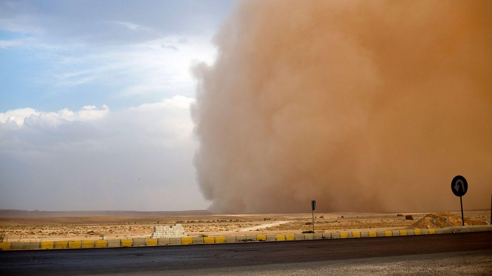 Döbbenetesen néz ki az együtt érkező szélvihar és homokvihar