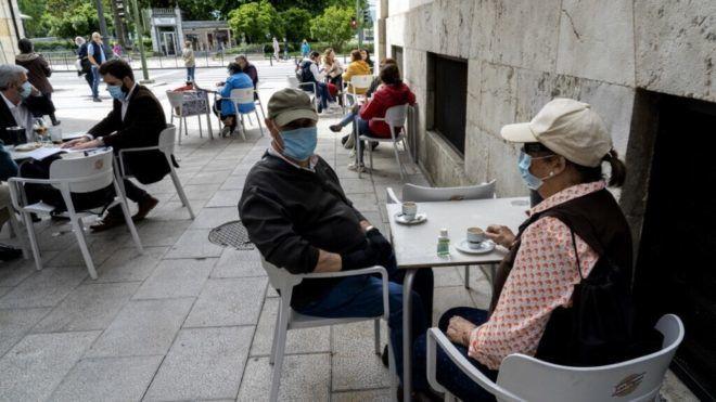 Santanderben kávéznak spanyolok a nyitás első napján