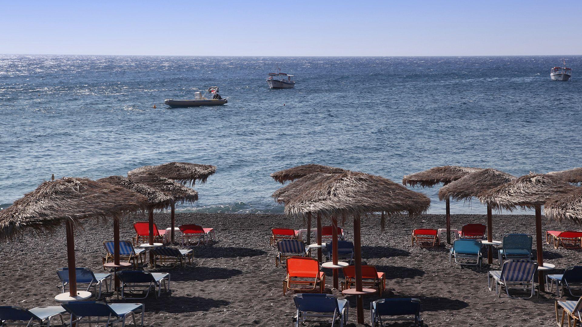Napozóágyak a görögországi Szantorini partján
