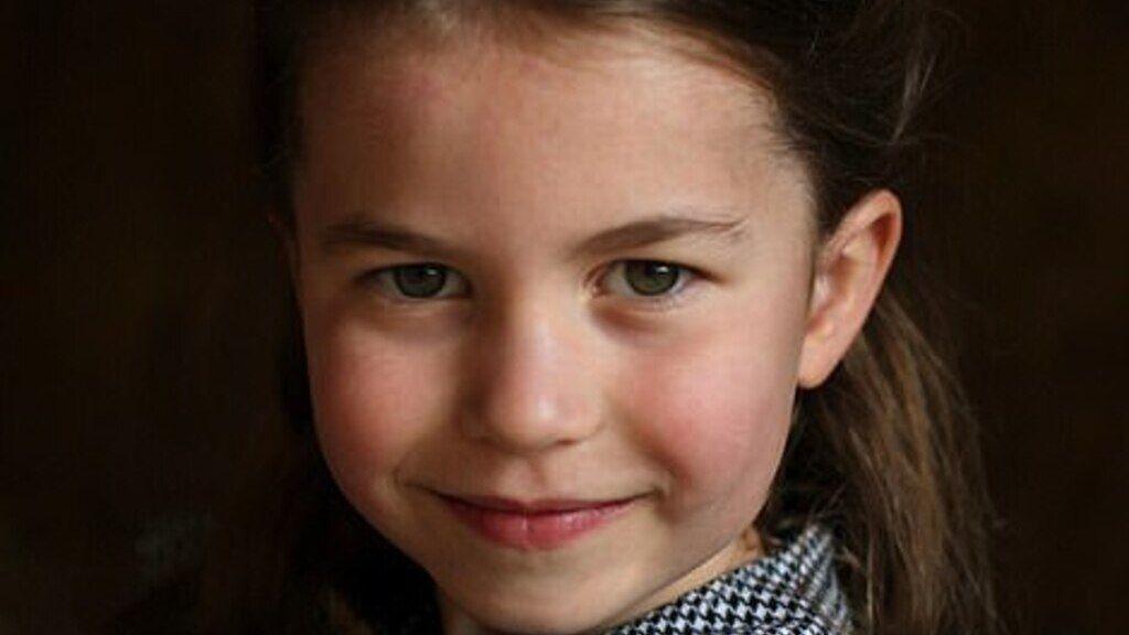 Sarolta hercegnő az ötödik születésnapján mosolyog a kamerába.