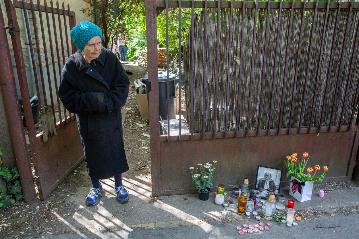 Szilágyi István özvegye, Jolika az otthonuk előtt