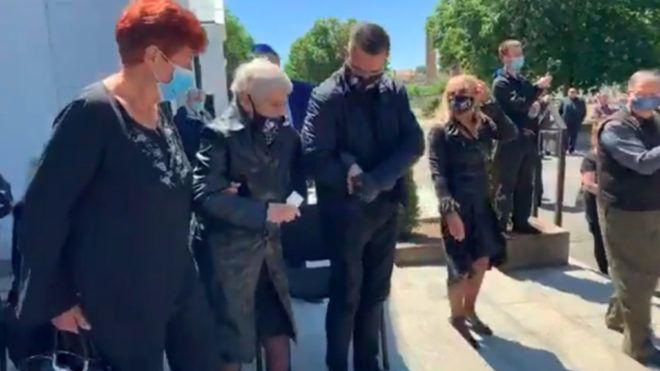 Szilágyi István temetésén az özvegyet ketten támogatták le halottaskocsihoz