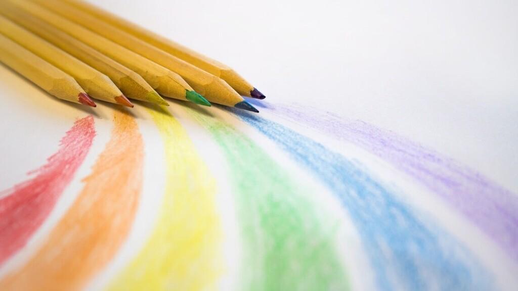 Színes ceruzákkal készített szivárvány.