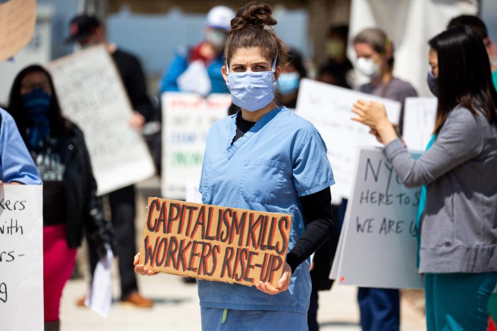Az Amazon dolgozói tüntetnek a tarthatatlan munkakörülmények miatt a Staten Island-i gyár előtt. A dolgozók követelik az alapvető védelmi eszközöket, míg szerintük, az életüket is kockáztatják a koronavírus járvány alatt (Fotó: Michael Nagle/Bloomberg via Getty Images)