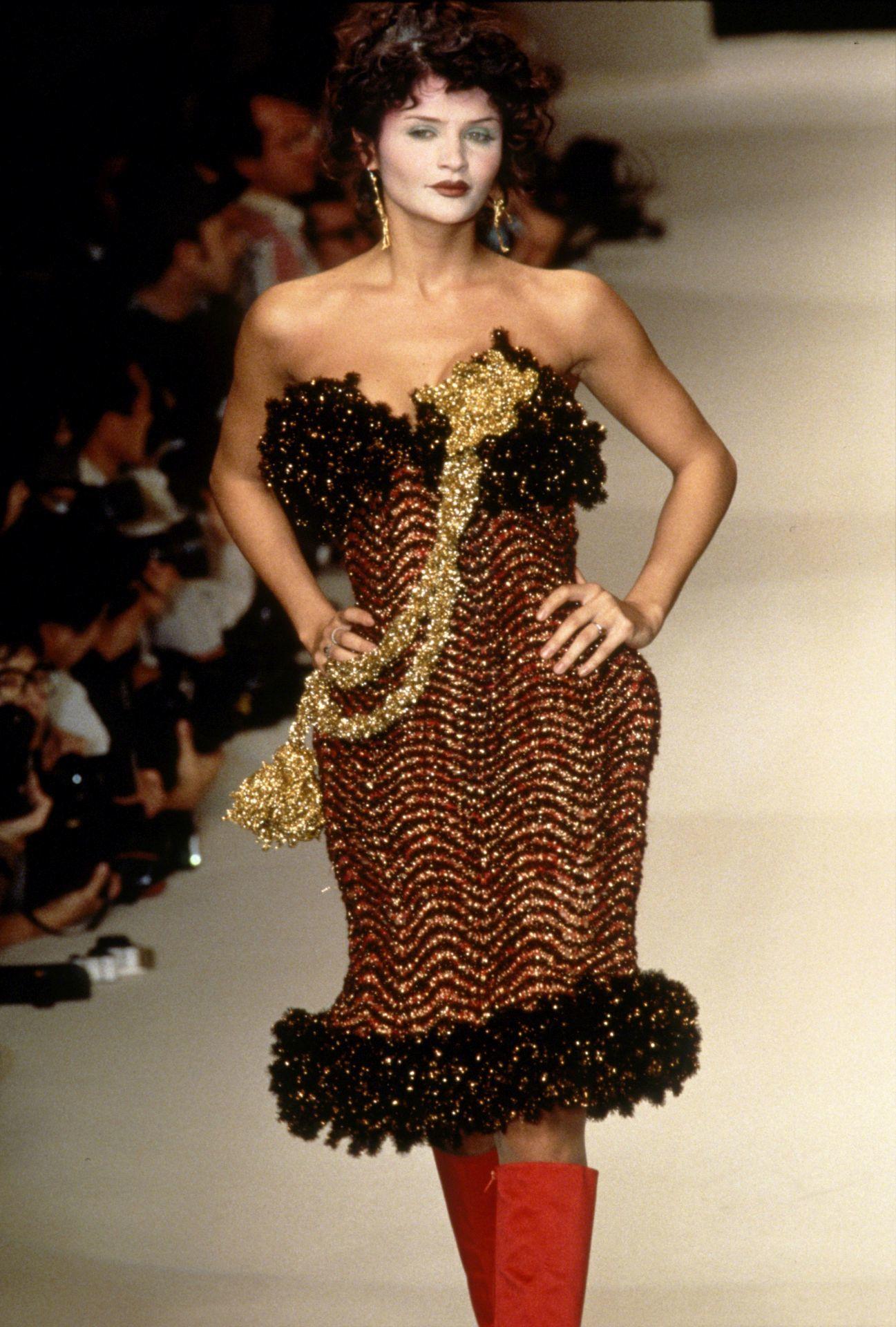 Helena Christensen Vivienne Westwood 1995-ös őszi divatbemutatóján