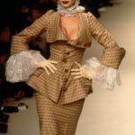 Eva Herzigova Vivienne Westwood divatbemutatóján 1995-ben.