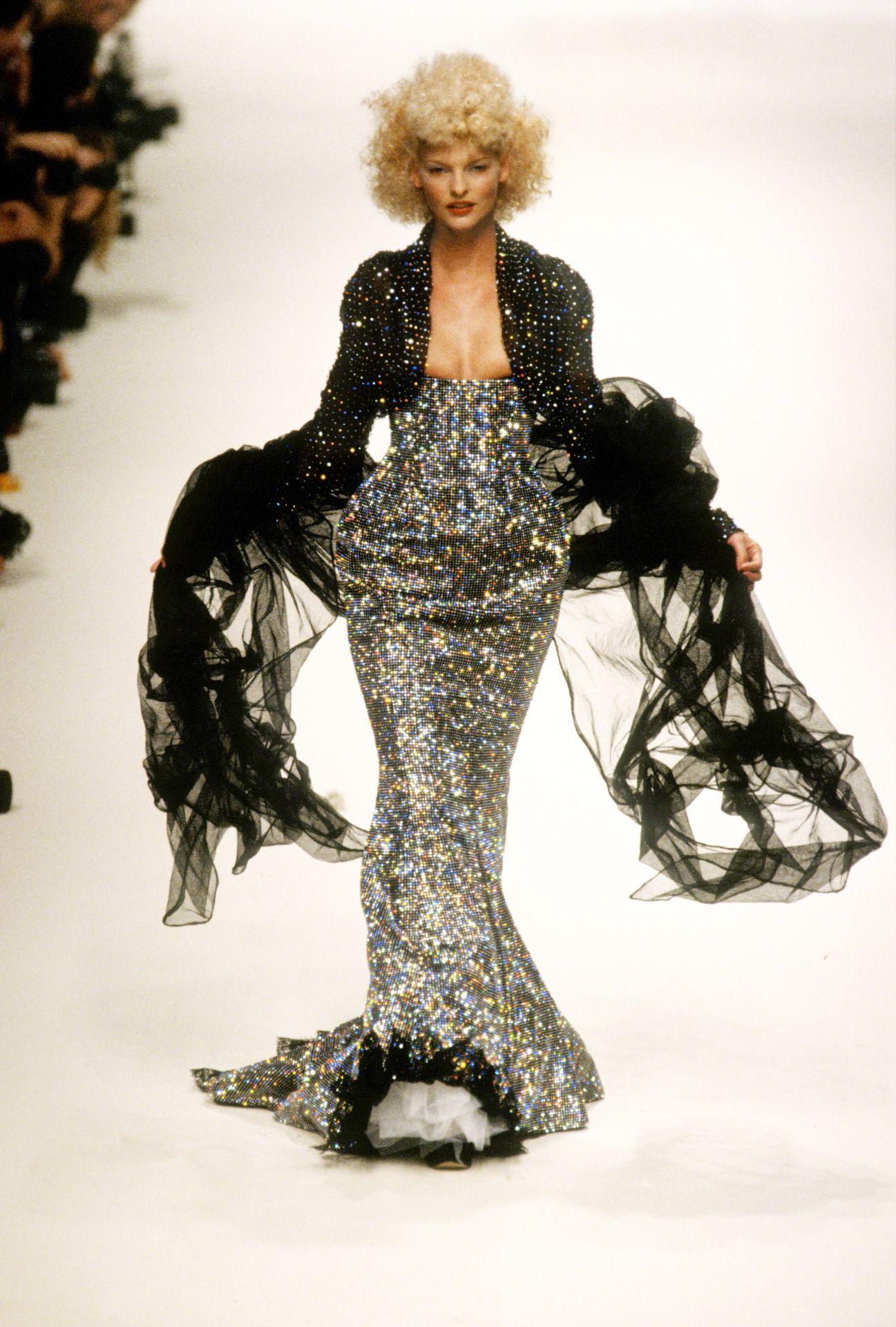 Linda Evangelista Vivienne Westwood divatbemutatóján 1994-ben.
